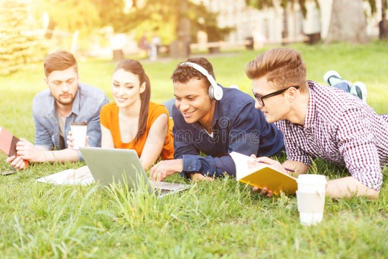 Молодые студенты отдыхают