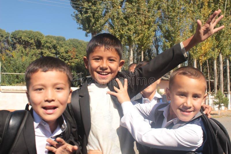 Счастливые молодые школьники стоковое изображение rf