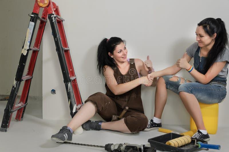 Счастливые молодые renovators поздравляя один другого стоковые изображения rf