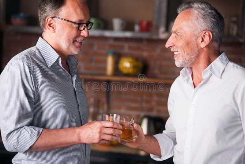 Счастливые мужские друзья встречая после долгого времени стоковые изображения rf