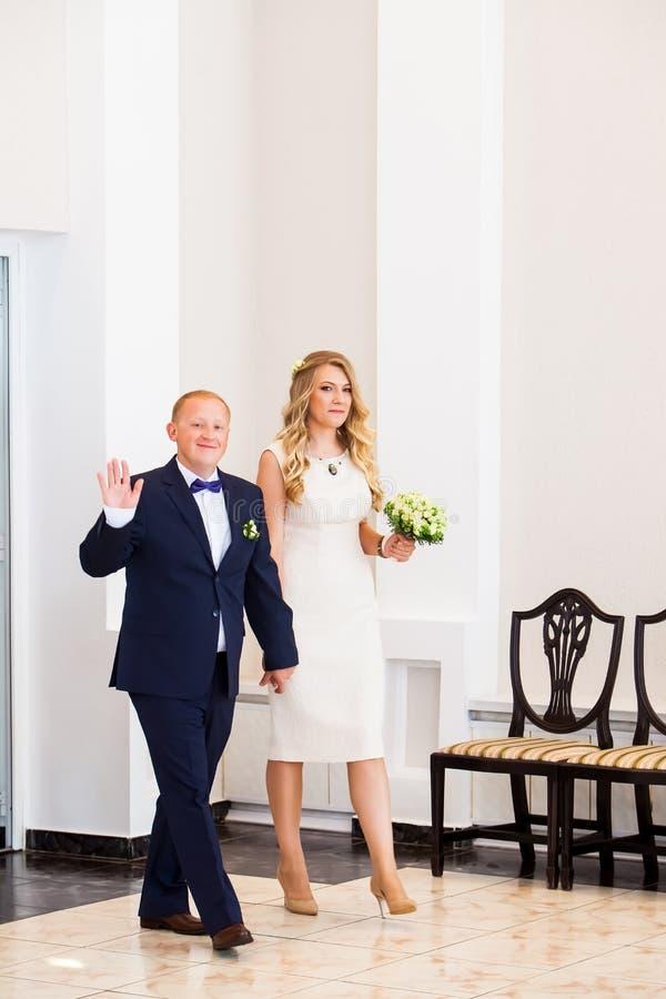 Счастливые новобрачные приближают к свадьбе жениха и невеста стоковые изображения rf