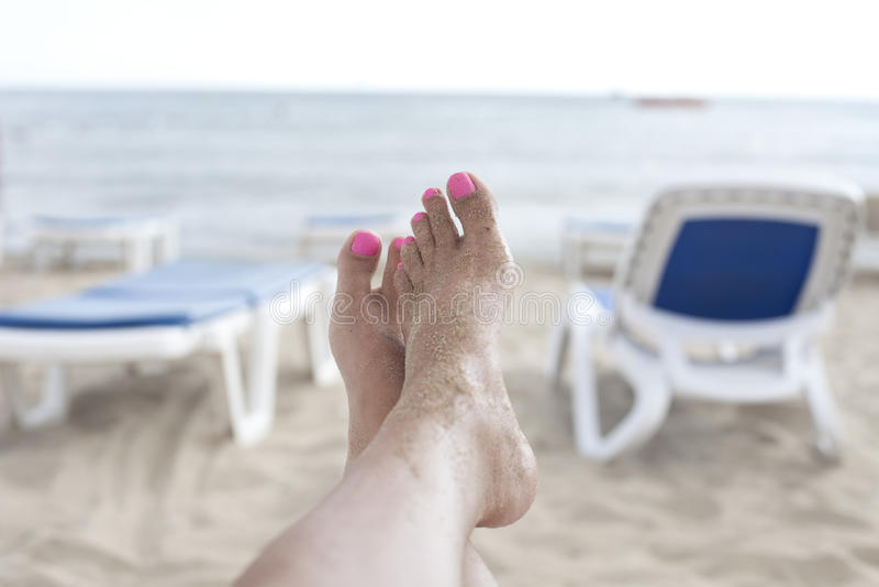 Счастливые ноги на пляже стоковые фото