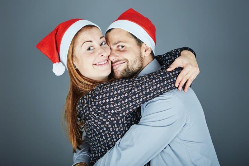 Счастливые объятие пар и рождество влюбленности стоковые изображения rf
