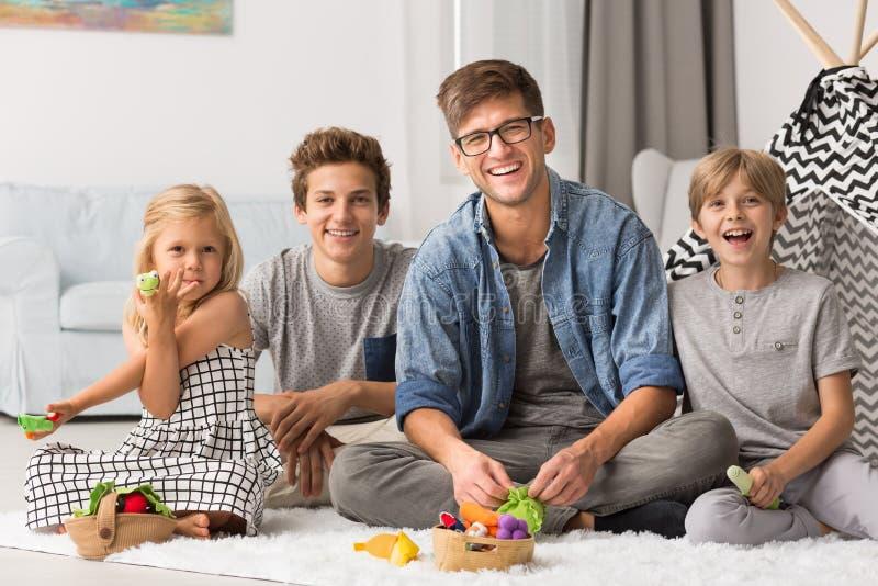 Счастливые отец и дети стоковое изображение rf
