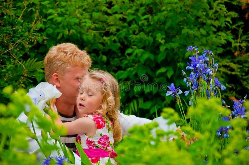 Счастливые отец и маленькая девочка на саде стоковая фотография rf