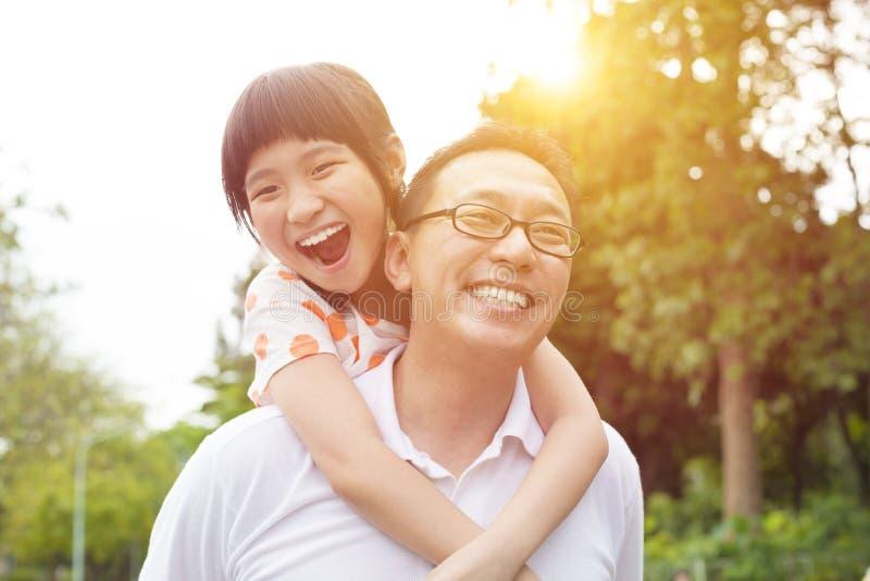 Счастливые отец и маленькая девочка стоковая фотография rf