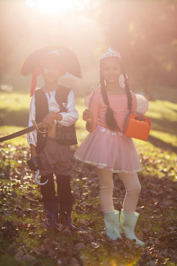 Счастливые отпрыски нося костюмы на парке стоковая фотография rf