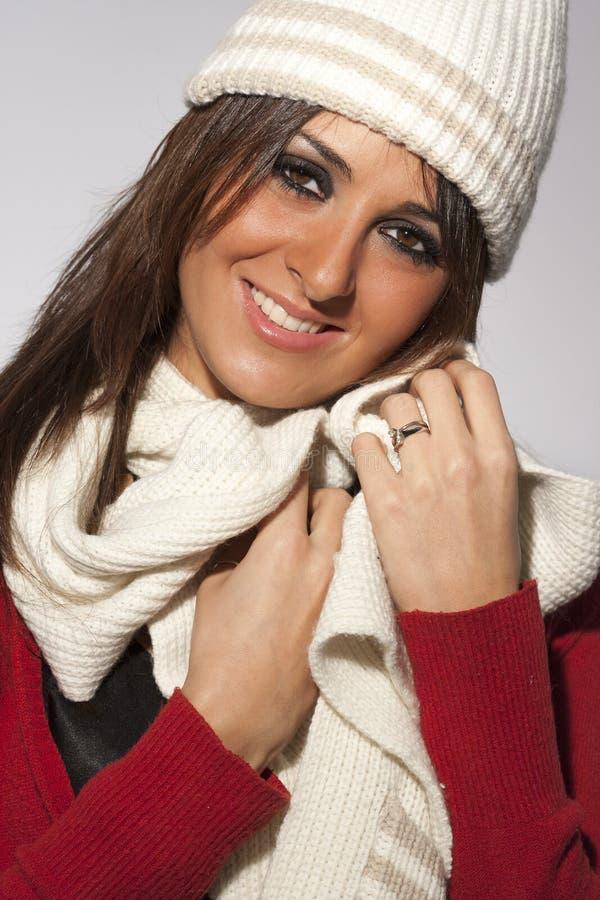 Счастливые одежды шерстей зимы женщины модели стиля причёсок стоковые изображения rf
