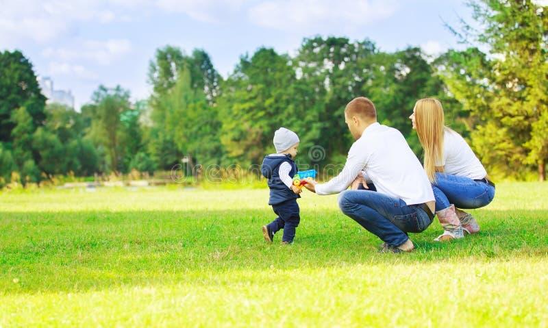 Счастливые папа и сын мамы на прогулке стоковые изображения rf