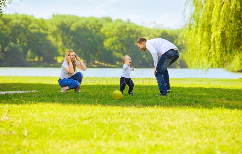 Счастливые папа и сын мамы на прогулке стоковые изображения