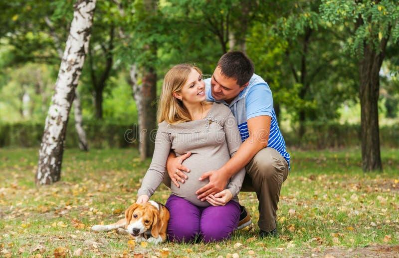 Счастливые пары будущих родителей на прогулке стоковое фото rf