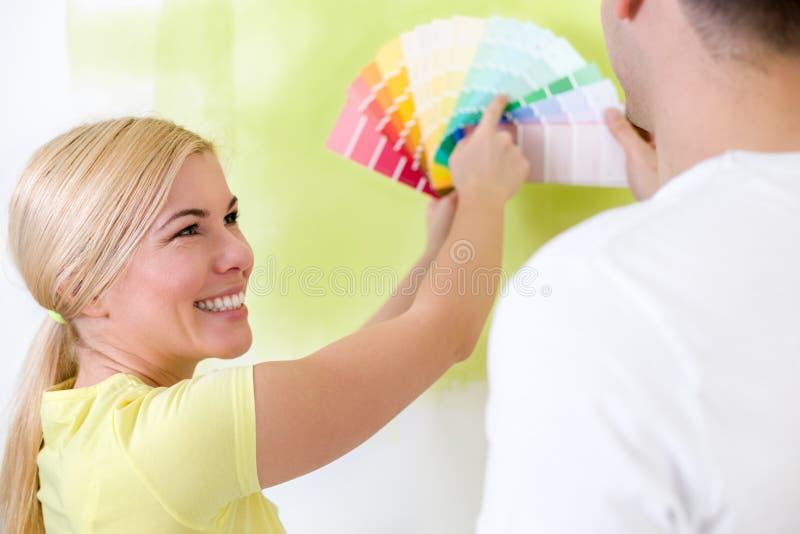 Счастливые пары выбирая цвета для красить стоковое изображение rf