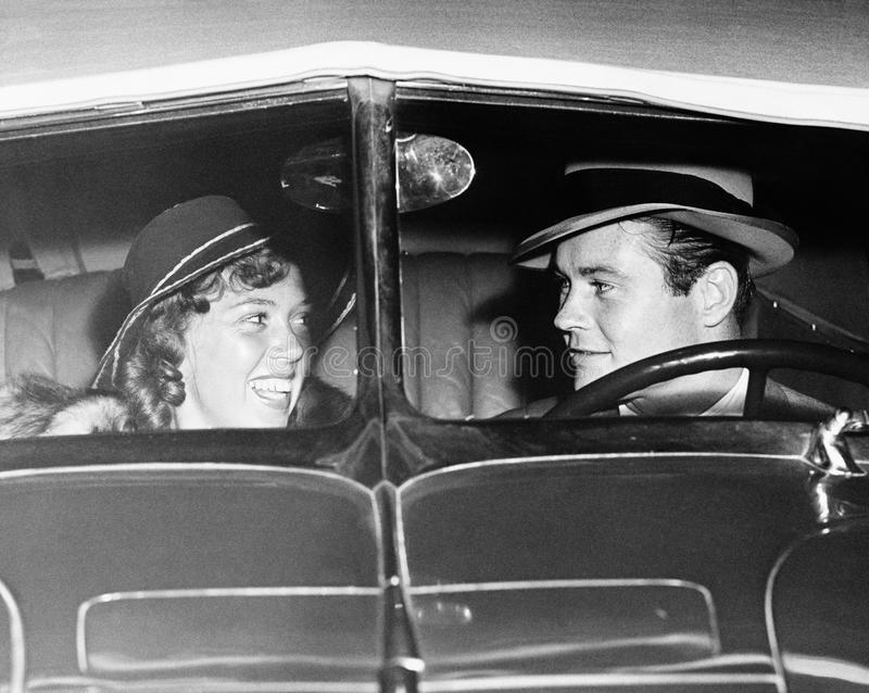 Счастливые пары в античном автомобиле (все показанные люди более длинные живущие и никакое имущество не существует Гарантии поста стоковое фото
