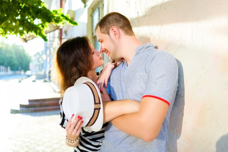 Счастливые пары в влюбленности представляя на городе стоковое фото rf