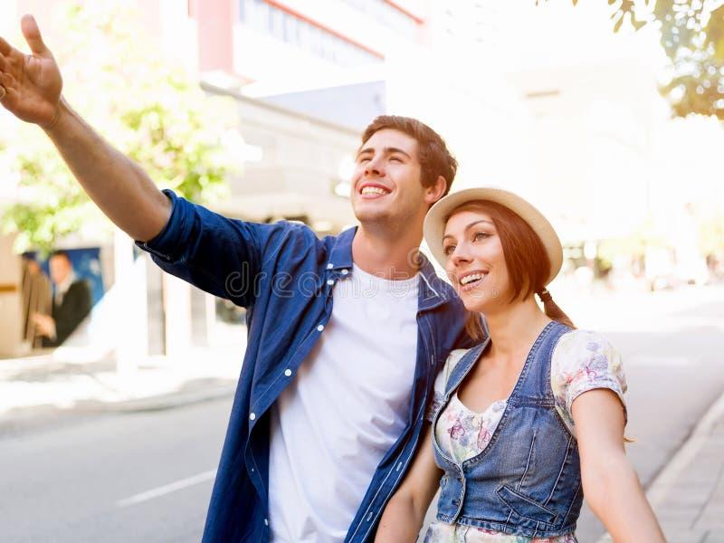 Счастливые пары в городе с велосипедом стоковая фотография