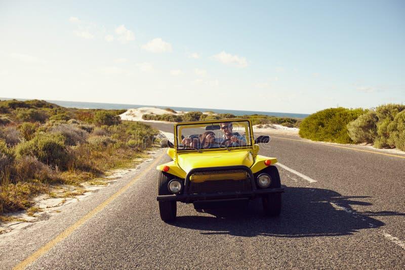 Счастливые пары в дефектном автомобиле на открытой дороге стоковое фото rf