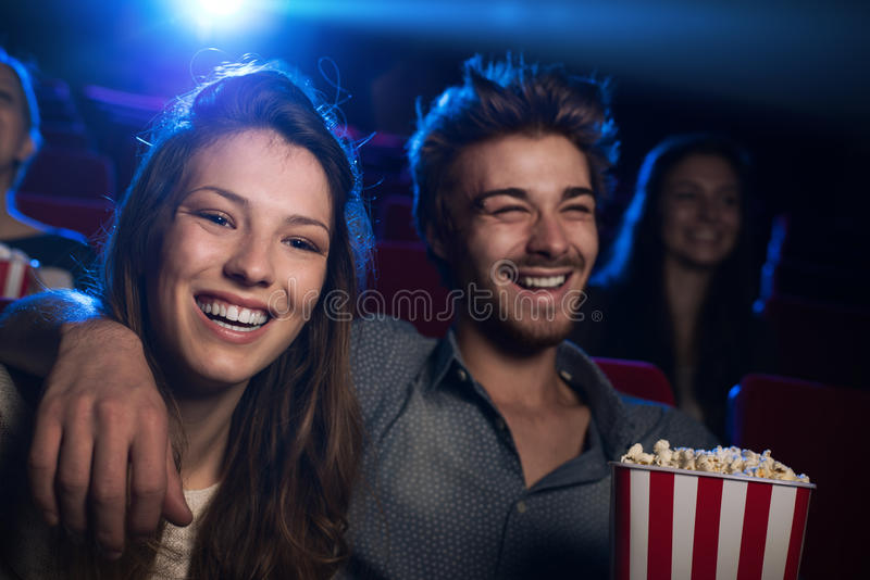 Счастливые пары в кинотеатре стоковое изображение