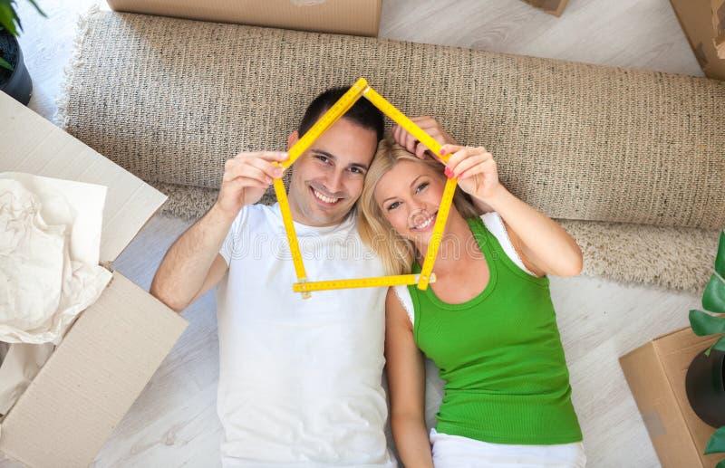 Счастливые пары в новом доме стоковое фото rf