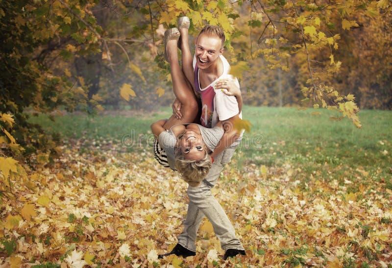 Счастливые пары в парке на осени стоковое фото rf