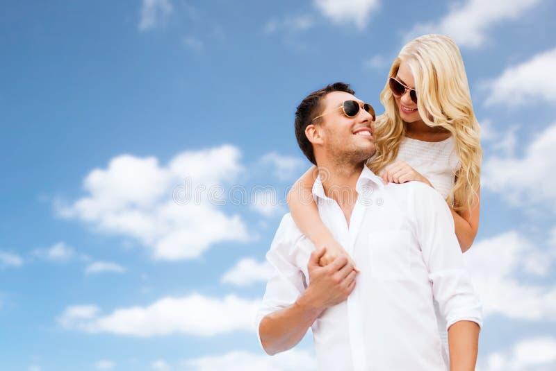 Счастливые пары в солнечных очках над голубым небом стоковая фотография