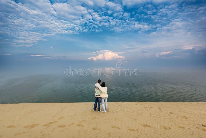 Счастливые пары в дюне стоковое изображение rf