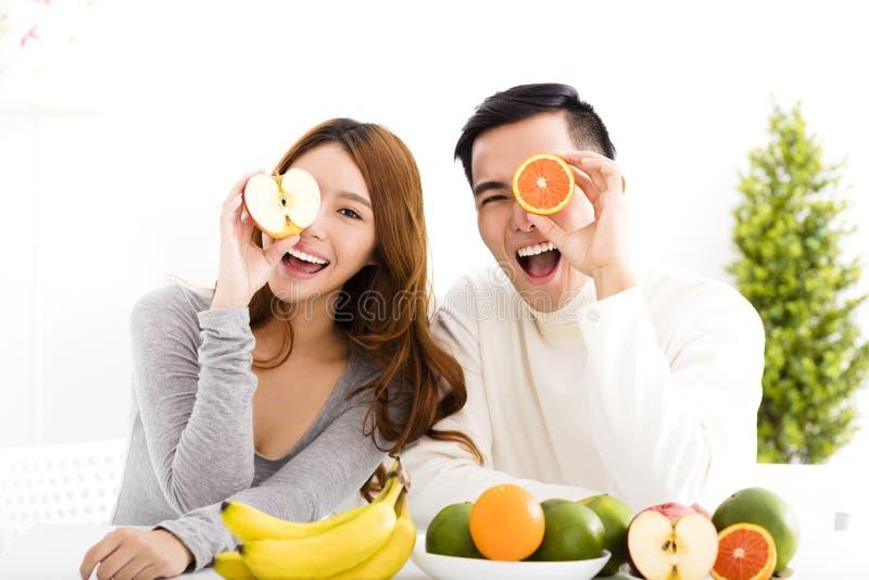 Счастливые пары есть плодоовощ и здоровую еду стоковая фотография rf