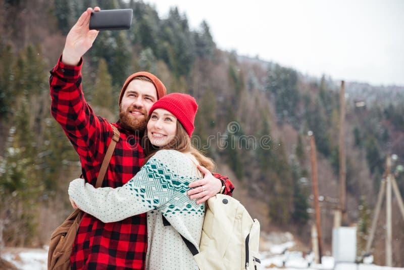 Счастливые пары делая фото selfie стоковое изображение