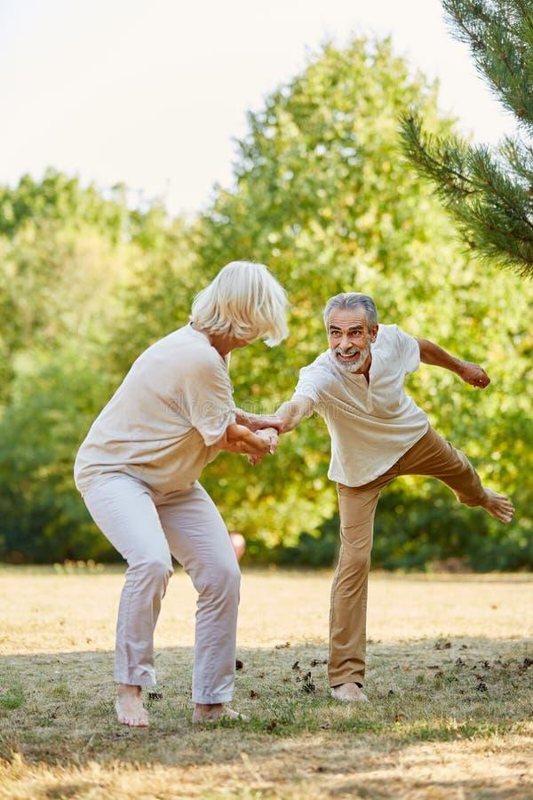 Счастливые пары играя вокруг стоковое фото rf