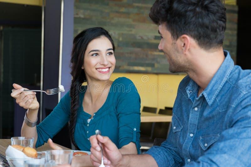 Счастливые пары имея еду стоковые фотографии rf