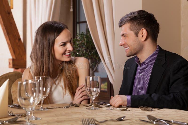 Счастливые пары имея обедающий стоковые изображения rf