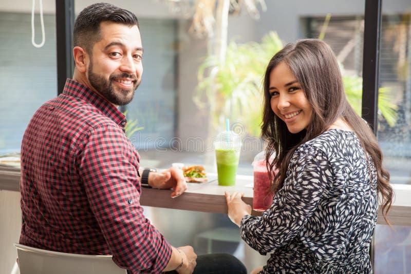 Счастливые пары имея обед стоковая фотография