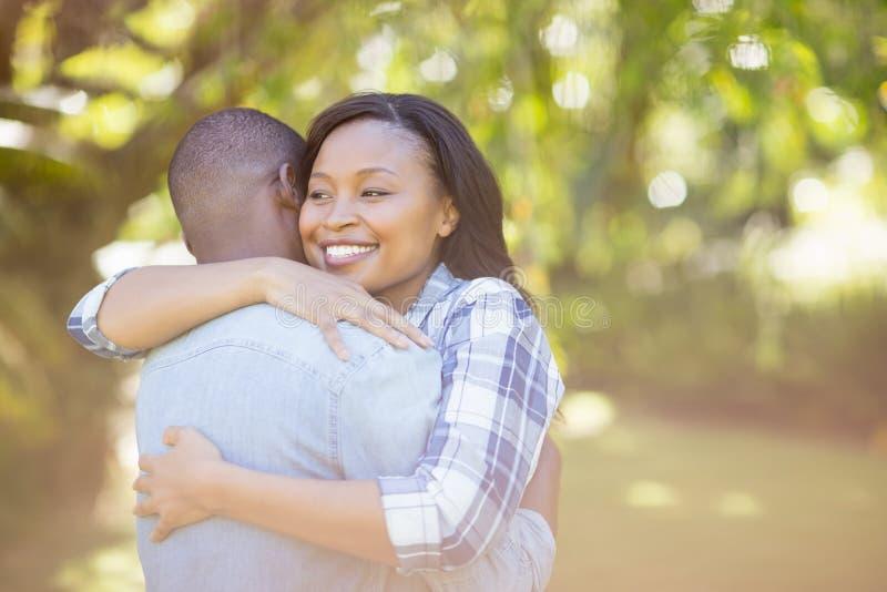 Счастливые пары имея объятие стоковое изображение