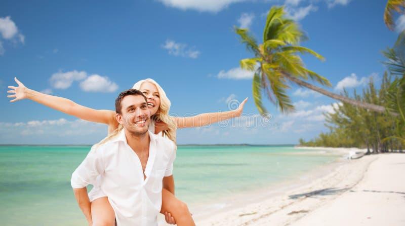 Счастливые пары имея потеху над пляжем лета стоковые фото