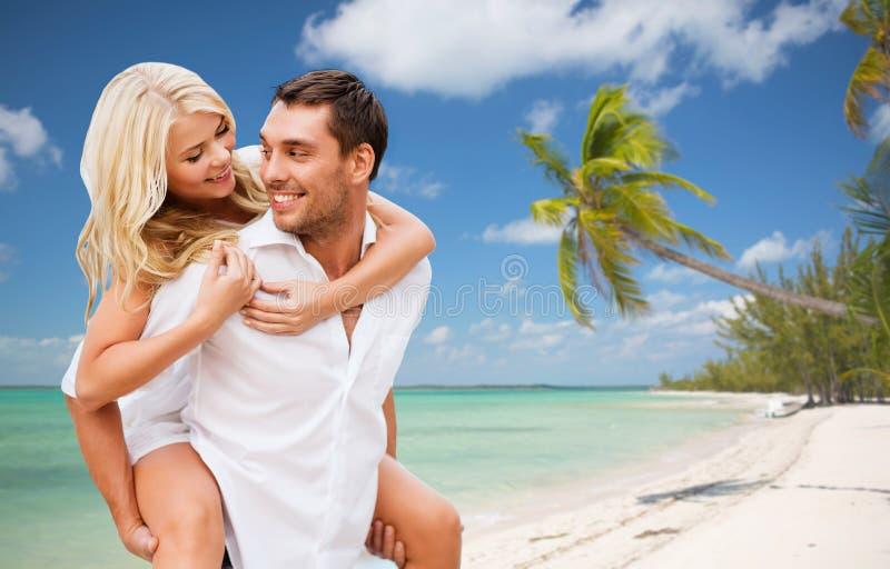 Счастливые пары имея потеху над пляжем лета стоковое изображение rf
