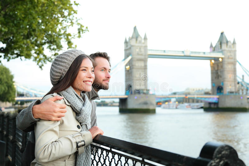 Счастливые пары мостом башни, рекой Темзой, Лондоном стоковое фото
