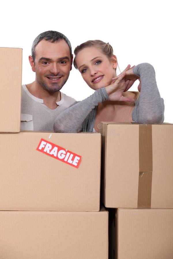 Счастливые пары начиная новая жизнь = стоковое изображение rf