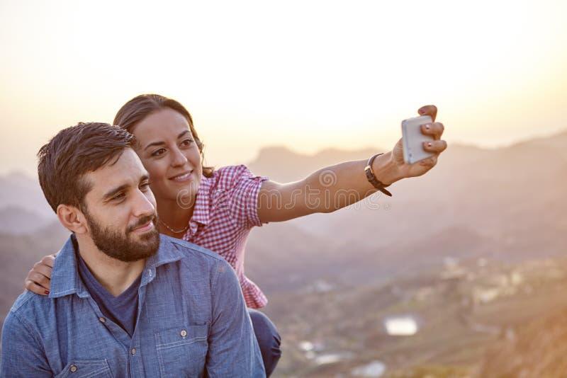 Счастливые пары на верхней части горы стоковое изображение