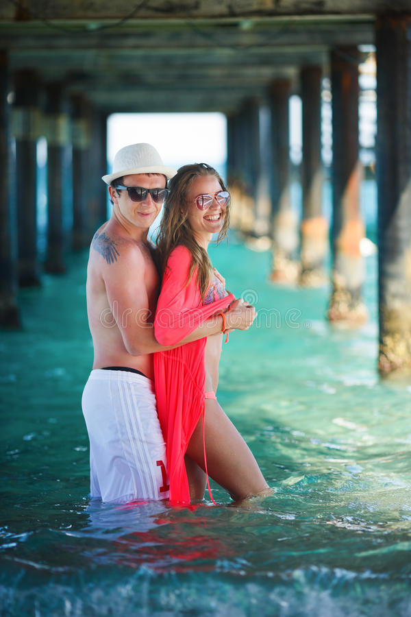 Счастливые пары на курорте стоковые изображения