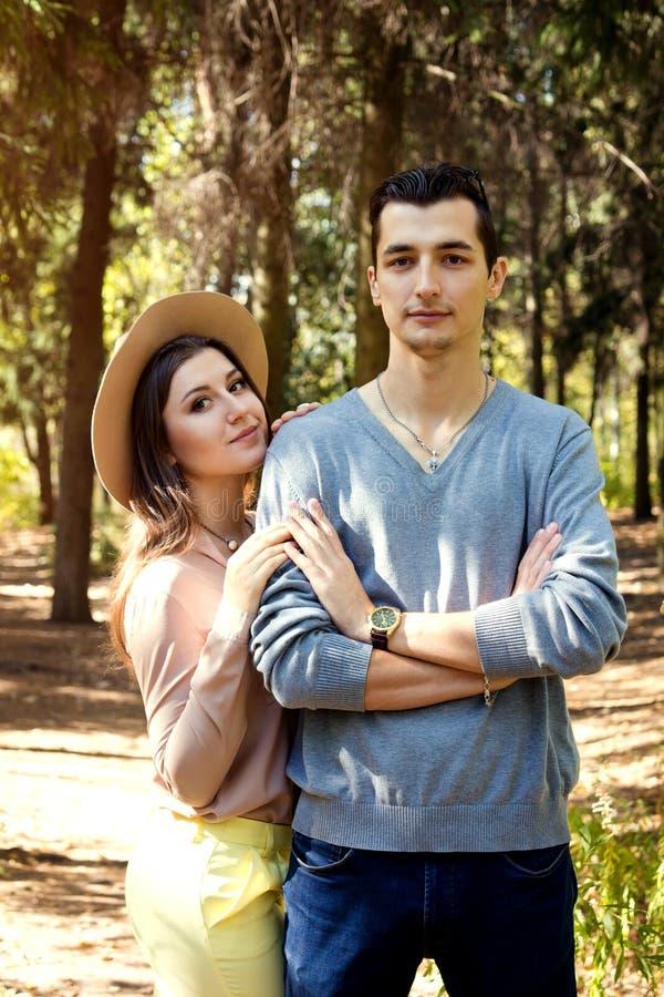 Счастливые пары обнимая в лесе стоковое фото