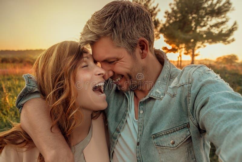Счастливые пары образа жизни стоковые фото