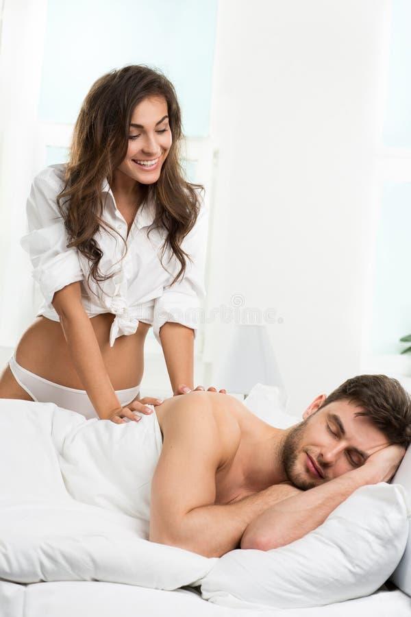Счастливые пары просыпая вверх совместно в утре стоковая фотография rf