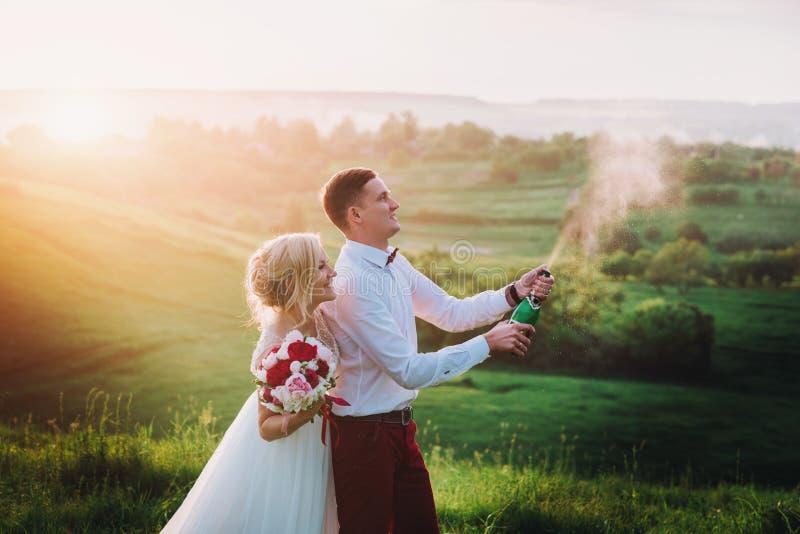 Счастливые пары свадьбы с buttle champaine стоковая фотография rf