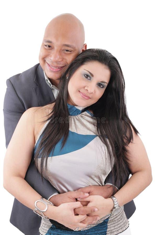 Счастливые пары смешанной гонки смотря камеру стоковые изображения rf