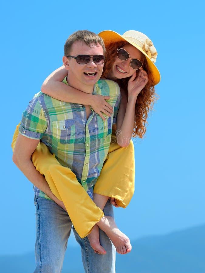 счастливые пары смеясь над на камере стоковое фото