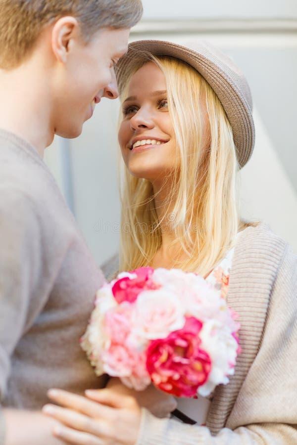 Счастливые пары с цветками в городе стоковые фото