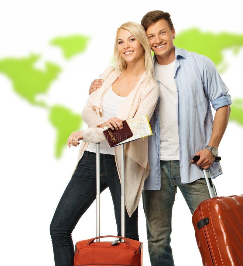 Счастливые пары с чемоданами стоковые изображения