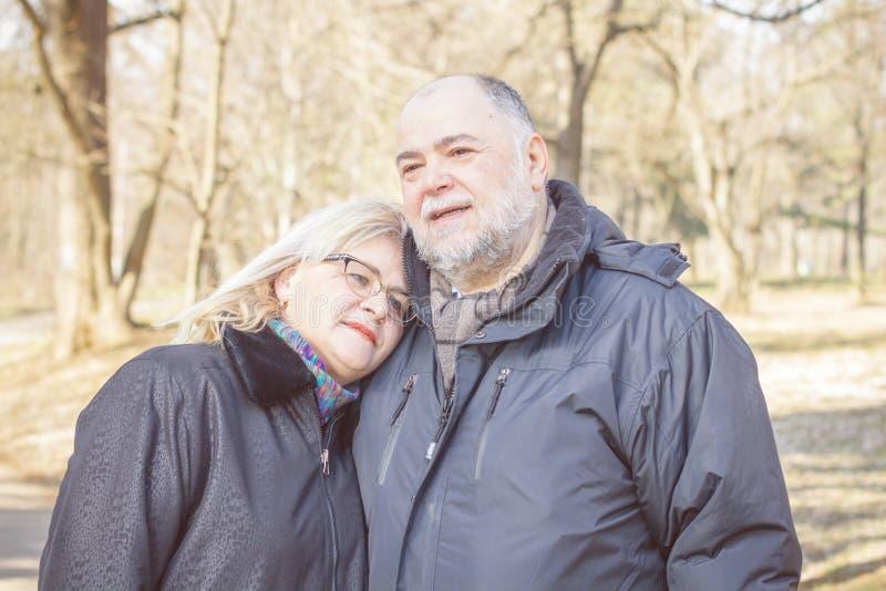 Счастливые пожилые старшие пары Emracing стоковые фото