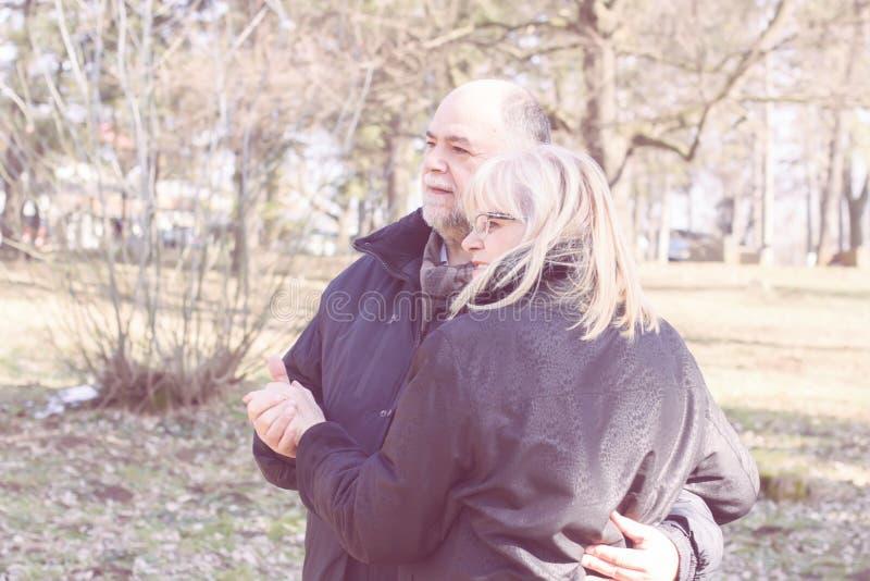 Счастливые пожилые старшие пары Emracing стоковые изображения rf
