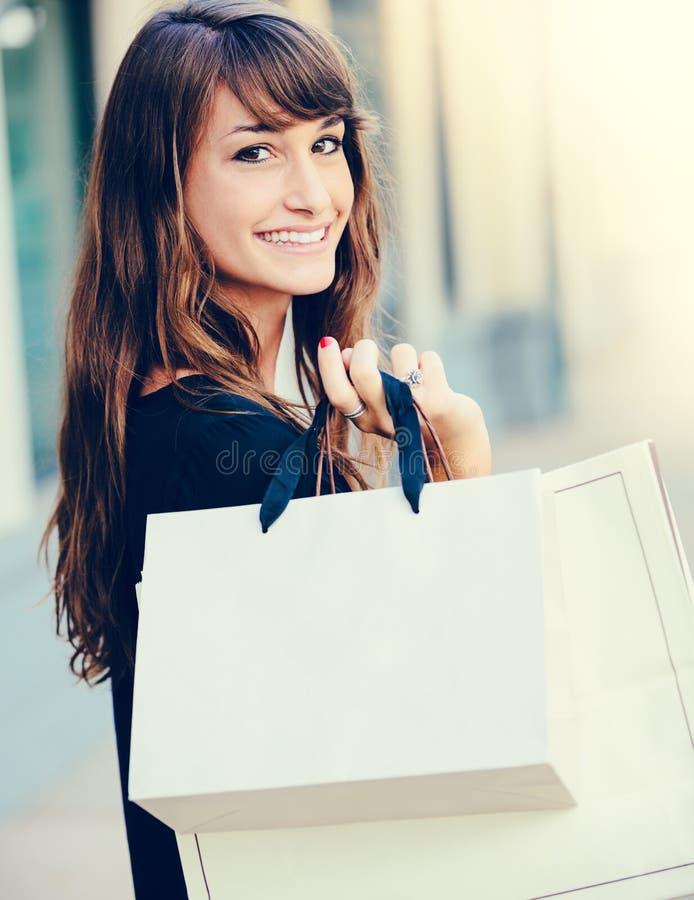 Счастливые покупки женщины стоковые изображения
