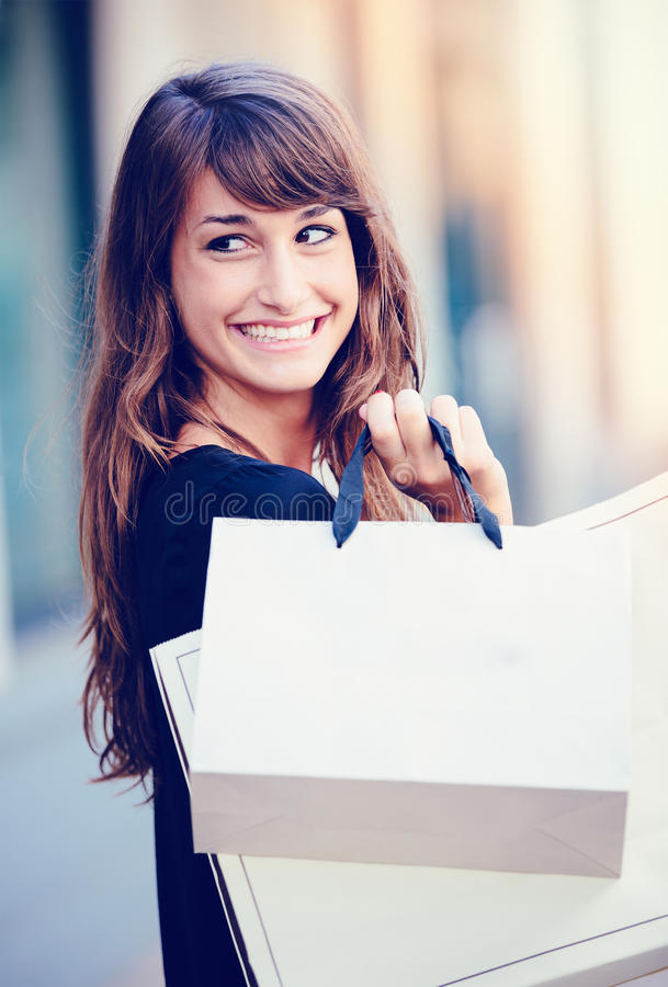 Счастливые покупки женщины стоковые фото